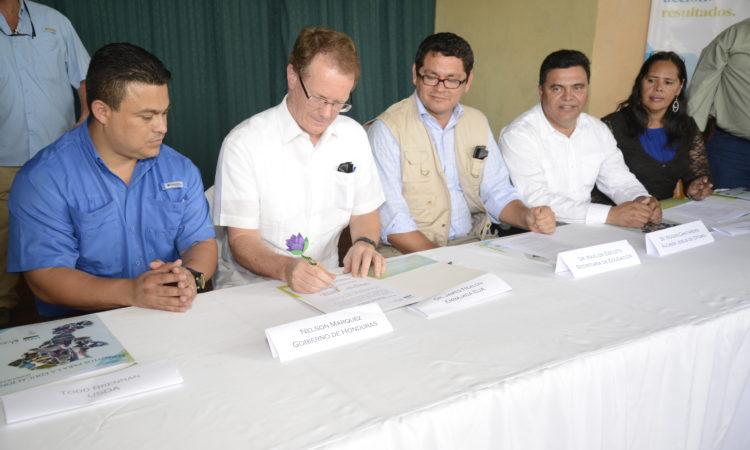 El Embajador James D. Nealon participa en la ceremonia de firma del convenio para la inauguración de la segunda etapa del programa educativo Alimentos para la Educación en Jesús de Otoro, Intibucá. (Foto del Depto. de Estado)