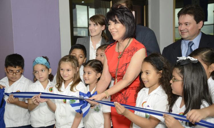 Funcionarios de la Embajada y de Chiminike, junto a alumnos del Centro de Educación Primaria Los Robles de Comayagüela, participan en la ceremonia de inauguración de la exhibición Celebrando el Mes de la Cultura de EE. UU. (Foto del Depto. de Estado)
