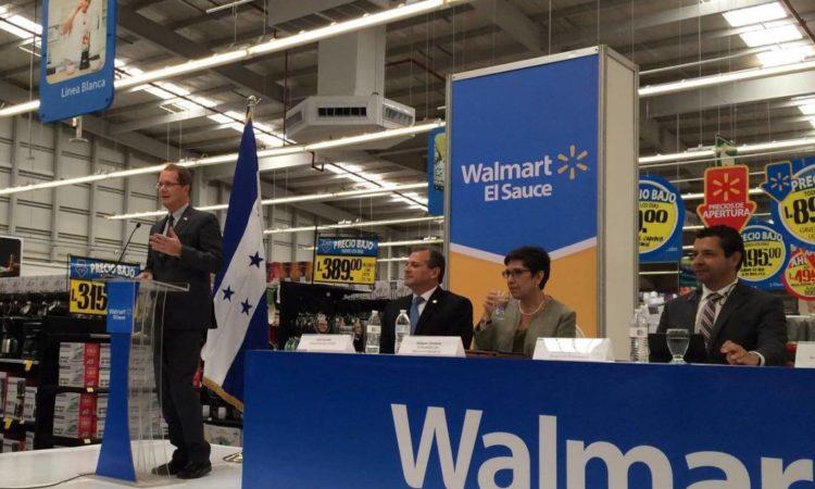 El Embajador Nealon pronuncia sus palabras durante la ceremonia de inauguración de Walmart El Sauce SuperCenter. (Foto del Depto. de Estado)
